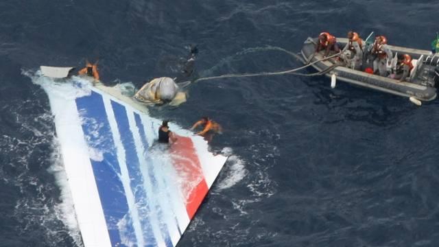 Ein Stück der abgestürzten Air-France-Maschine wird aus dem Atlantik gefischt (Archiv)