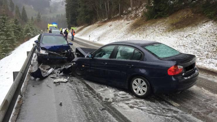 Ein 29-jähriger Lenker verlor auf der rutschigen Strasse die Kontrolle über sein Fahrzeug und stiess mit einem anderen Auto zusammen. Insgesamt fünf Personen wurden beim Unfall verletzt.