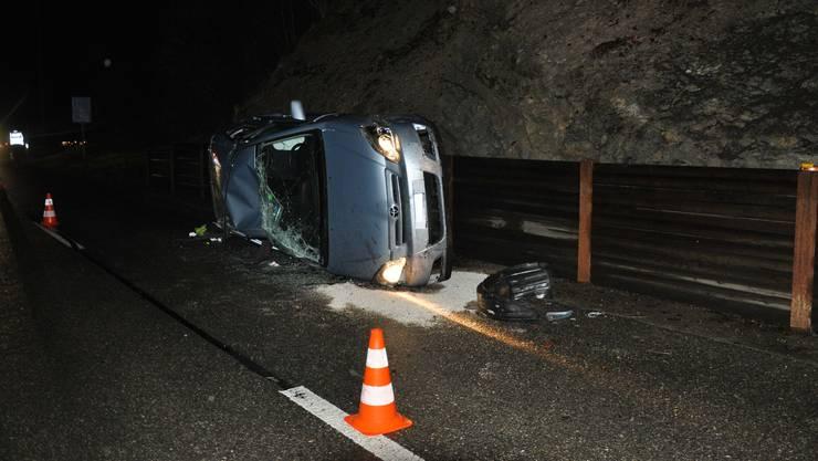 Das Auto kollidierte mit einer Steinschlagverbauung und überschlug sich.