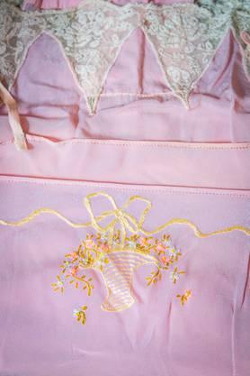 Ein zartes Hemdchen mit schöner Stickerei.