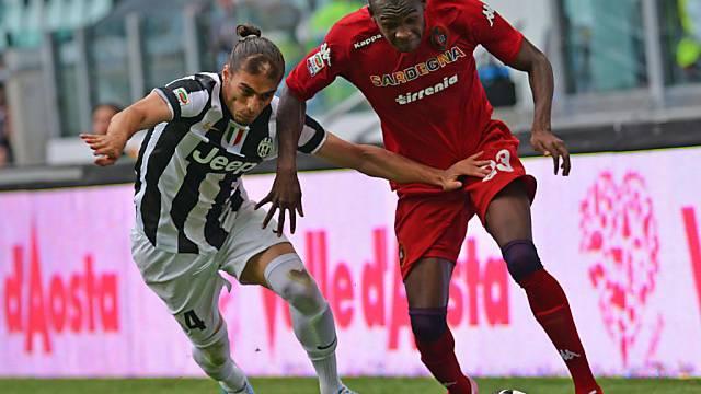Martin Caceres (l.) gegen Cagliaris Torschützen Victor Ibarbo