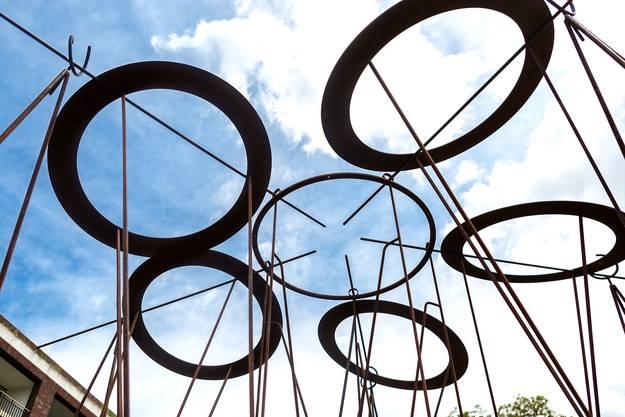 Der Zürcher Künstler Vincenzo Baviera ist mit zwei Skulpturen vertreten. Jene im Bild trägt den Namen «Stadt/Architektur» und befindet sich beim Parkplatz Spitex. Die Skulptur «Pendelkreis» steht in unmittelbarer Nähe beim Kiesplatz.