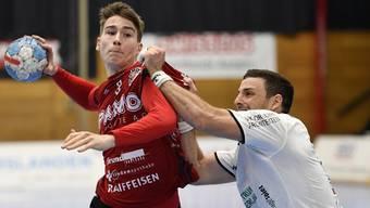 HSC-Rückraumspieler Manuel Zehnder (l.) durfte in der Partie bei Wacker Thun in der Schlussphase nicht mehr mittun.