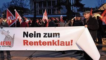 In der Politik gegen «Rentenklau» demonstrieren, in der eigenen Stiftung aber den Umwandlungssatz senken: Den Gewerkschaften wird Doppelzüngigkeit vorgeworfen.