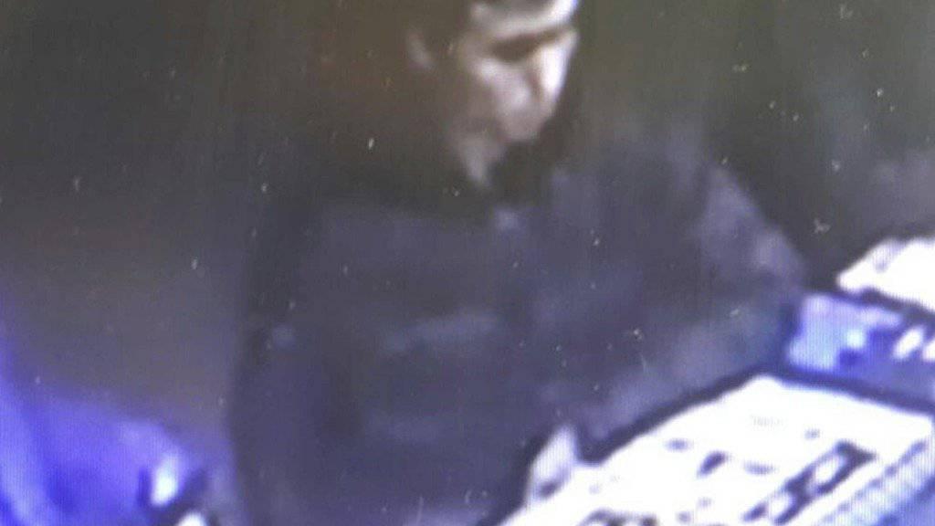 Die Polizei veröffentlichte weitere Bilder des mutmasslichen Attentäter: Dieser Ausschnitt einer Überwachungskamera zeigt den Verdächtigen am Silversterabend in einem Istanbuler Nachtclub. Auf anderen Fotos ist das Gesicht der Mannes klar erkennbar.