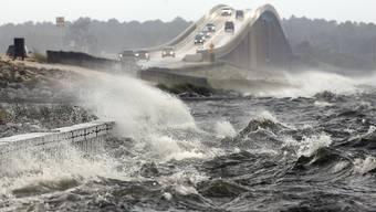 """Der Sturm """"Irma"""" verursacht meterhohe Wellen, die viel Zerstörung bringen."""