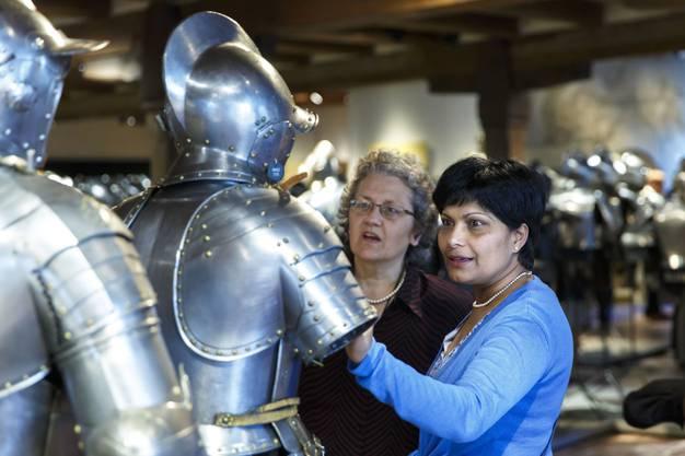 Susanne von Sury bestaunt die Rüstungen