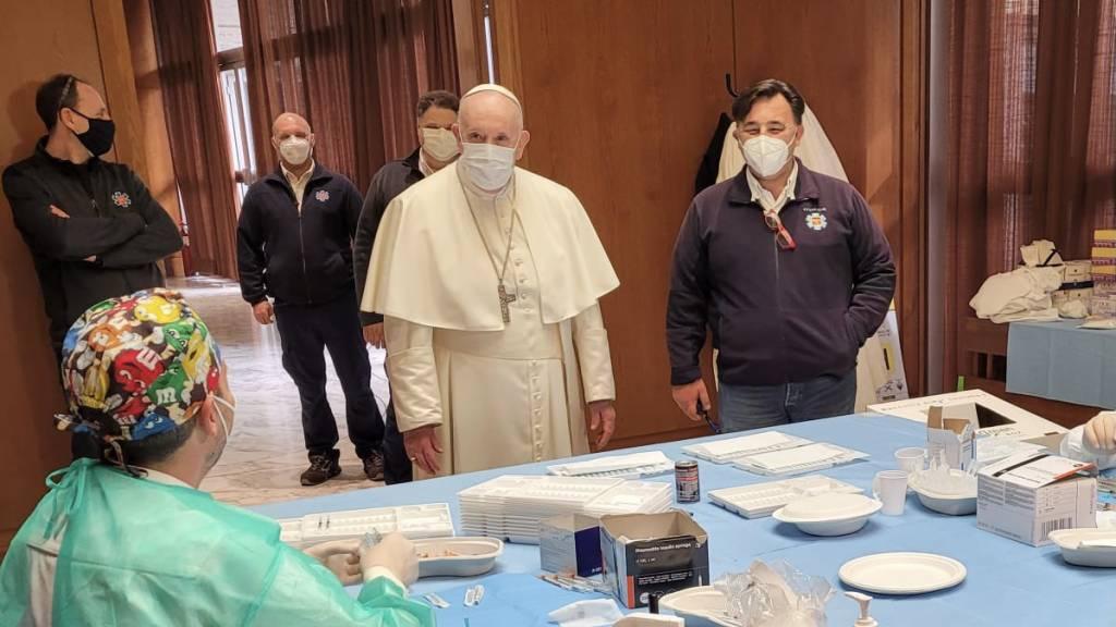 Papst besucht Mitarbeiter und Bedürftige in Corona-Impfzentrum