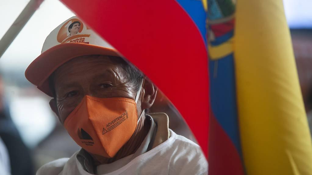Eine Unterstützerin des Präsidentschaftskandidaten Andrés Arauz wartet auf Arauz Ankunft zur letzten Kundgebung des Wahlkampfs. Foto: Juan Diego Montenegro/dpa