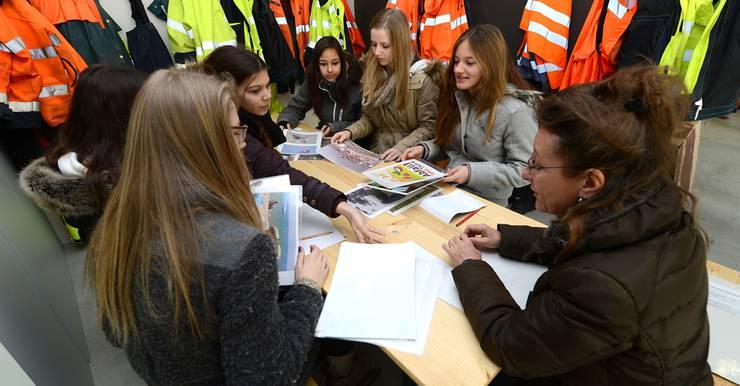 Umweltpädagogin Barbara Schumacher zeigt den Schülern der Sekundarschule in Oberwil Bilder von Müll, der achtlos weggeworfen wurde. Fotos: Juri Junkov