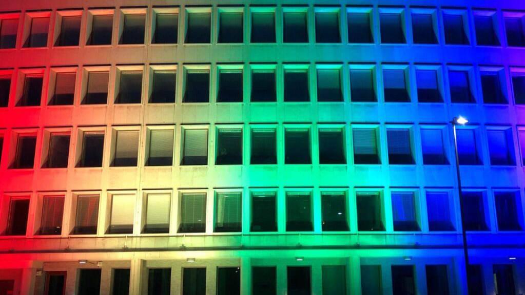 Die US-Botschaft in Bern hat sich nach dem Ja zur «Ehe für alle» in Regenbogenfarben beleuchtet.