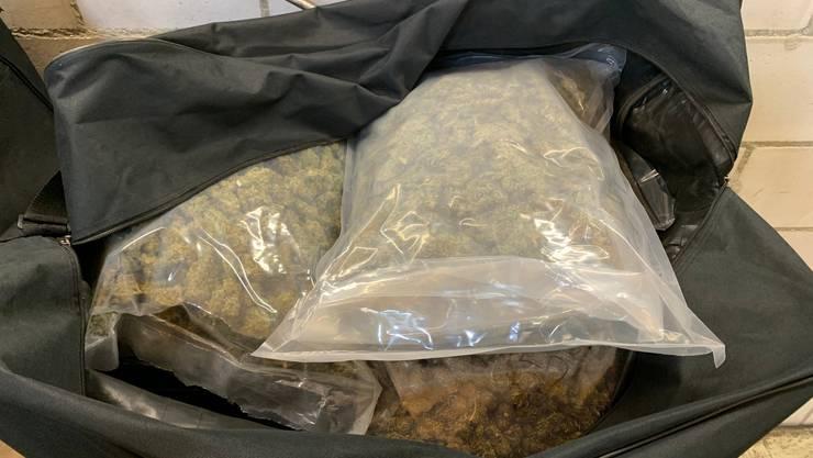 Zwei Taschen voller Gras fanden die Zöllner im Kofferraum.