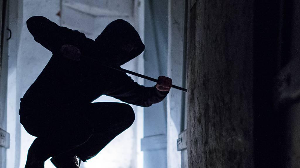 Einbrecher stehlen Maschinen aus Firmenhalle