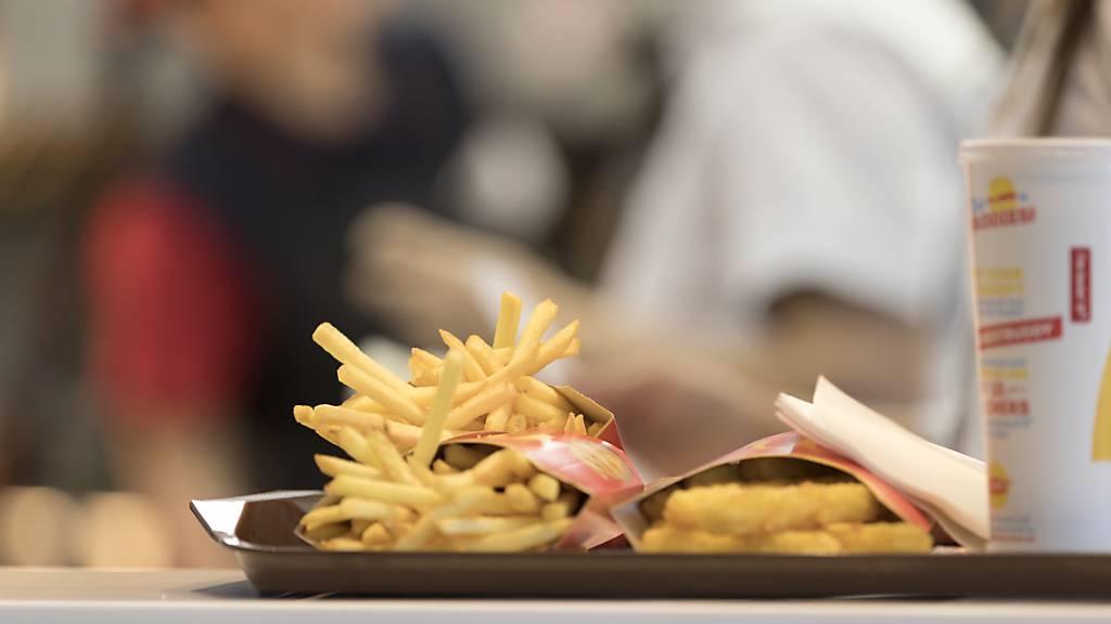 Während in Frankreich und in Deutschland im ersten Quartal der Umsatz von McDonald's wegen der Corona-Lockdowns darbte, boomte in den USA das Geschäft mit neuen Poulet-Sandwichs. (Archivbild)