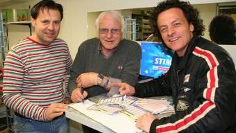 Kiosk-Chef Zoran Djordjevic, Christos Sterkoudis und Andrea Angelini im Lottofieber. (Erik Schwikardi)