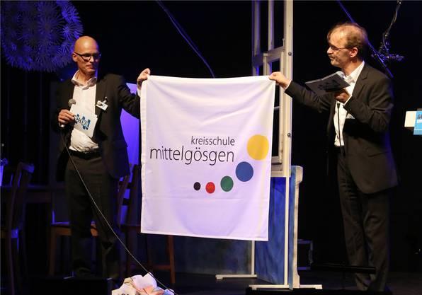 Zweckverbandspräsident Daniel Huber (links) und Schulleiter Andreas Basler präsentieren das neue Logo.