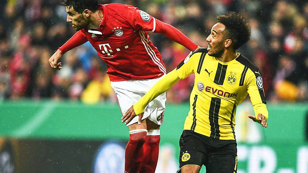 Letzte Saison speilten Bayern und Dortmund im Cup-Halbfinal gegeneinander (im Bild Javi Martinez gegen Pierre-Emerick Aubameyang), nun kommt es bereits im Achtelfinal zum Schlagerspiel