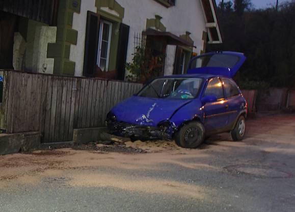 Der Fahrer kollidierte mit dem Betonsockel des Geschwindigkeitssignals.