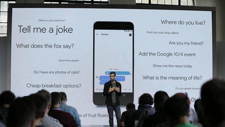 Google-CEO Sundar Pichai stellt in San Francisco sein Smartphone vor.
