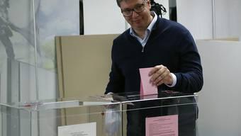 Präsident Aleksandar Vucic bei der Abgabe seines Stimmzettels. Foto: Darko Vojinovic/AP/dpa