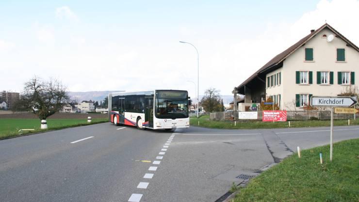 Der Bus nach Baden bekommt hier künftig per Lichtsignal die Vorfahrt; rechts der Bauernhof, dessen Zufahrt tangiert wird.
