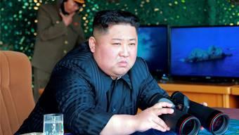 Nordkoreas Machthaber Kim Jong Un beobachtet höchstpersönlich den jüngsten Raketentest seines Militärs. Keystone