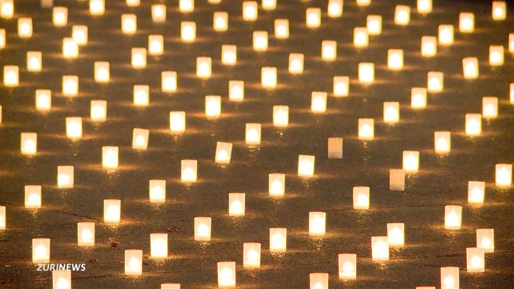 Corona-Mahnwache in Zürich: 886 Kerzen für 886 Todesopfer