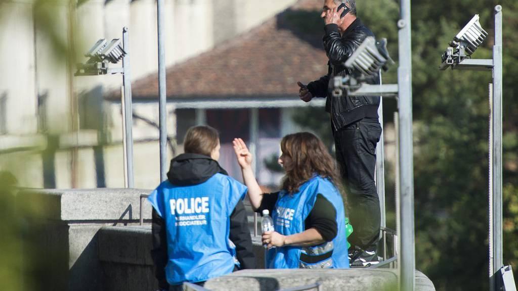 Zwei Polizistinnen und ein unidentifizierbarer Mann diskutieren am Donnerstag, 1. Oktober 2015, in Bern. Die Polizei hat einen Teil der Bundesterrasse gesperrt. (KEYSTONE/Lukas Lehmann)