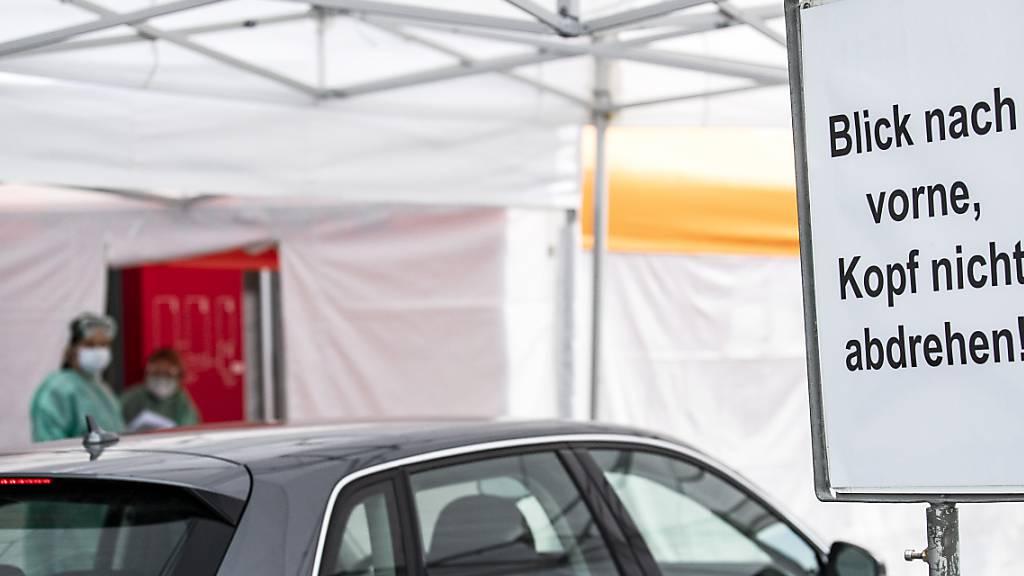 Die Luzerner Drive-in-Testzentren sind auf an Heiligabend und am Stefanstag geöffnet. (Archivbild)