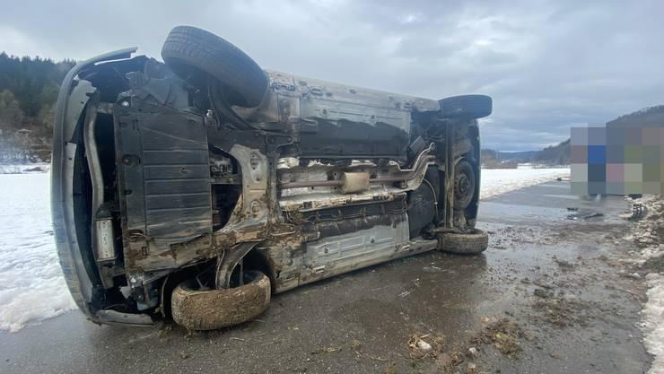 Magden AG, 21. Januar: Eine Automobilistin kam von der Strasse ab, worauf ihr Fahrzeug auf die Seite kippte. Die Lenkerin blieb unverletzt. Es entstand Sachschaden.