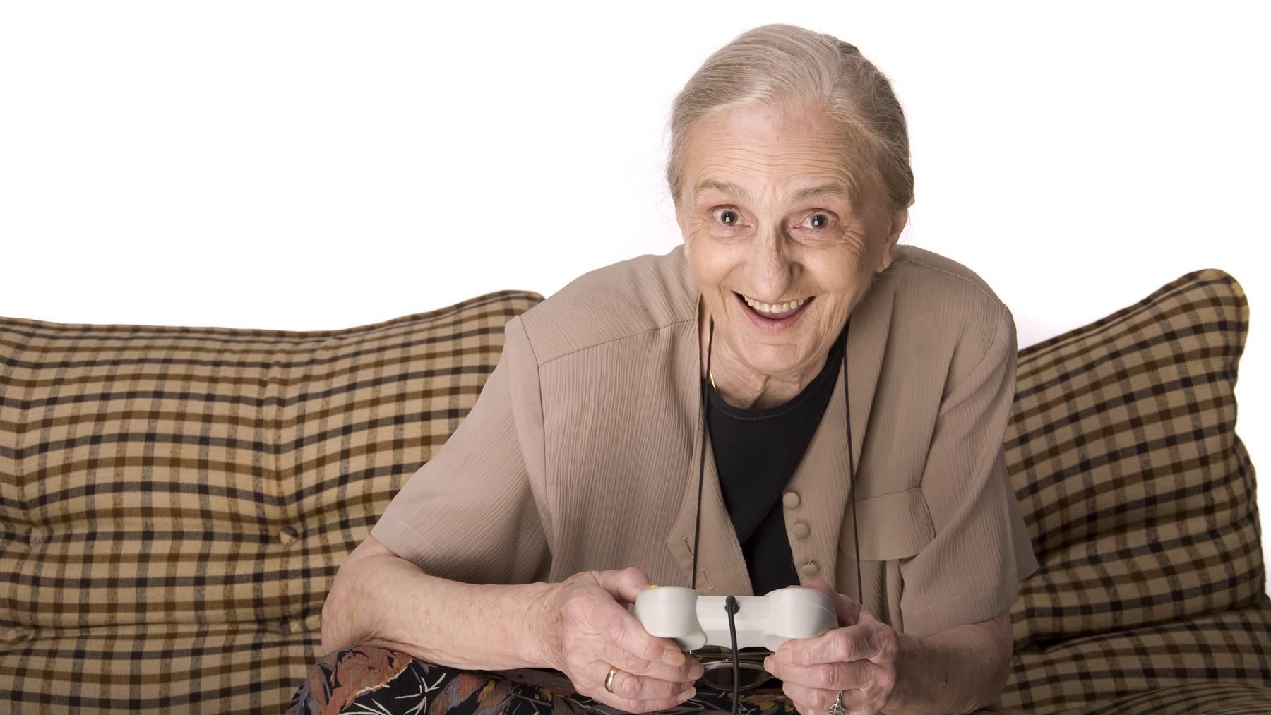 Grossmutter spielt Videospiele.