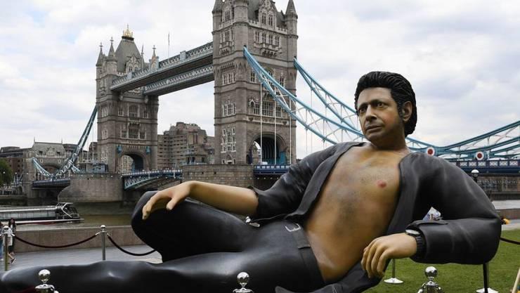 """Seit Donnerstag zieht in London eine sieben Meter lange Statue von Jeff """"Jurassicjeff"""" Goldblum die Massen an."""
