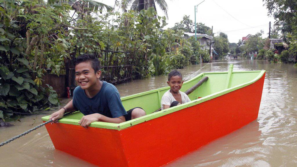 Aufgrund von Überschwemmungen kann man sich im Osten der Philippinen nur noch mit Booten fortbewegen.