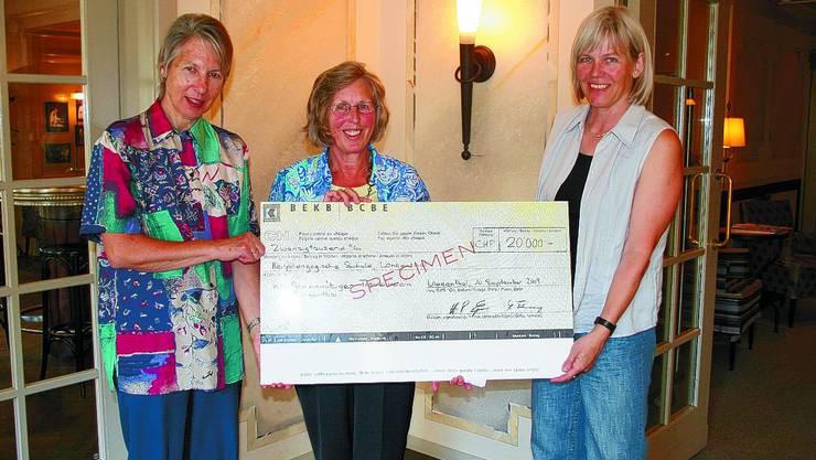 Willkommene Spende: Freuen sich gemeinsam (von links): Christine Keller, Beatrice Greber und Christine Blum-Schär. jfl