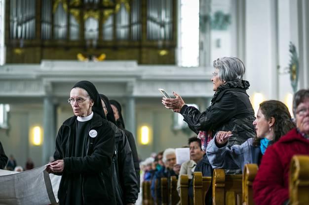 Die Nonnen des Klosters Fahr eröffnen unter grossem Applaus die Prozession.