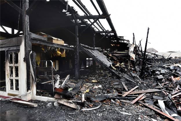 Am Samstagnachmittag erst kam ans Tageslicht, wie verheerend das Feuer gewütet hatte. In diesem Bereich gab es früher Fenster und Türen zu kaufen.