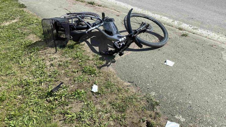 Drei Personen verletzen sich bei einem Zusammenstoss in Birrhard. Dabei waren ein Velofahrer, ein E-Bike und ein dreirädriges Motorrad involviert.