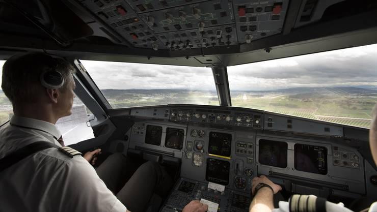 Ein Flugzeug steuert die Piste 14 am Flughafen Zürich an. (Archiv)