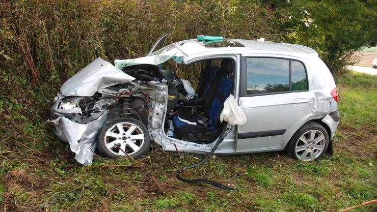 Durch die Kollision ist ein erheblicher Schaden am Auto entstanden.