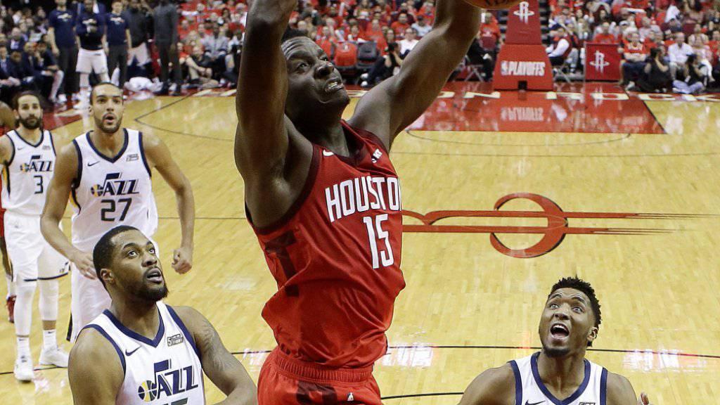 Houstons Schweizer Center Clint Capela (Nummer 15) bringt den Ball mit einem Dunk im Korb unter
