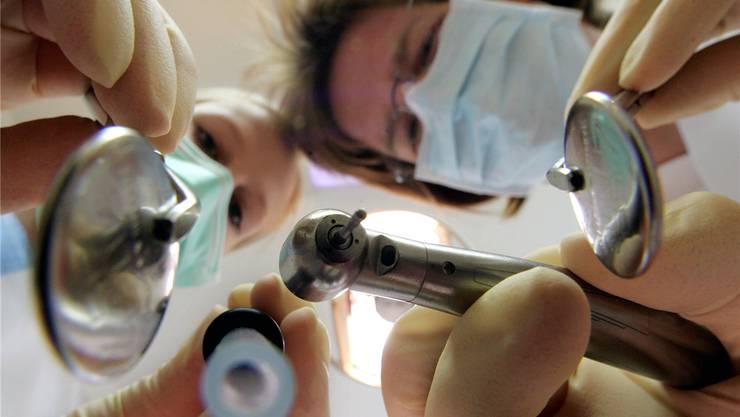 Wer schaut künftig zu den Zähnen? Rund um den Abschied eines Aarauer Zahnarztes wurden Patienten verunsichert.