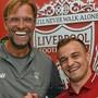 Handshake und gute Laune: Liverpools Trainer Jürgen Klopp mit seinem Schweizer Neuzuzug Xherdan Shaqiri