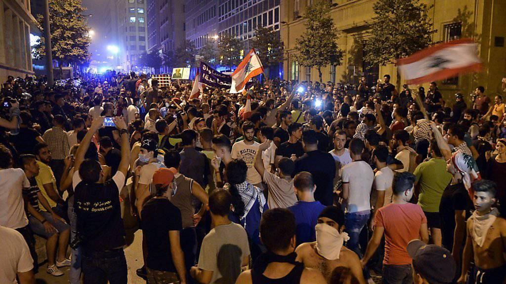 Die Kabinettssitzung zur Lösung des Abfallproblems im Libanon war erneut von Protesten in der Hauptstadt Beirut begleitet. Zwei neue Deponien sollen die Krise entschärfen.