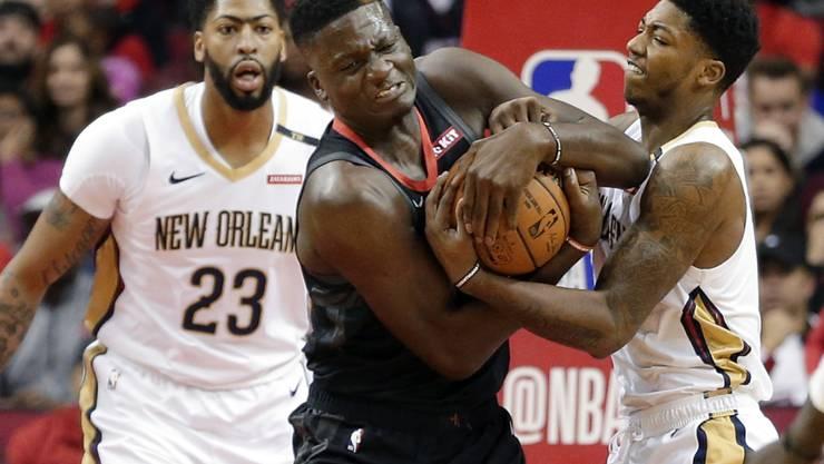 Houstons Center Clint Capela kämpft gegen New Orleans verbissen um den Ball