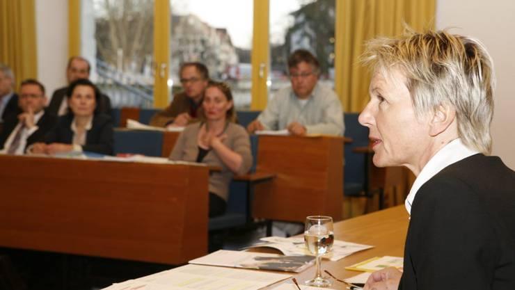 Irène Schori, Schuldirektorin, betont die Vorzüge der «Förderzentren» – vergeblich.