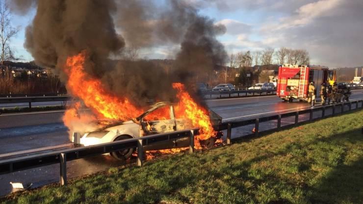 Bei einem Unfall auf der Autobahn A1 bei Züberwangen SG brannte am Mittwoch ein Auto völlig aus. Er wurde niemand verletzt.