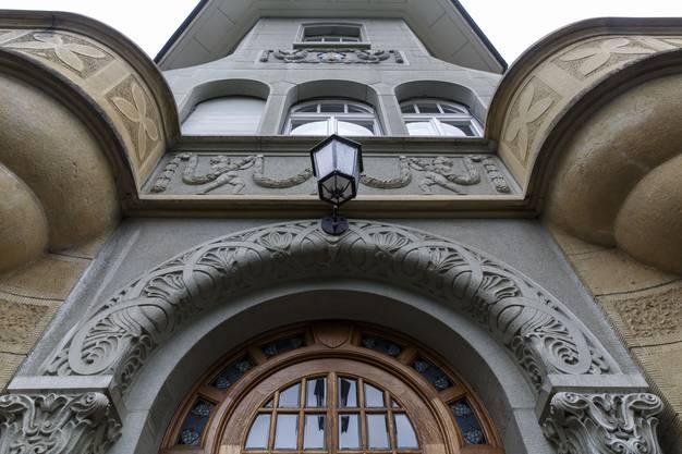 Mit vielen Details verzierte, pompöse Fassade.