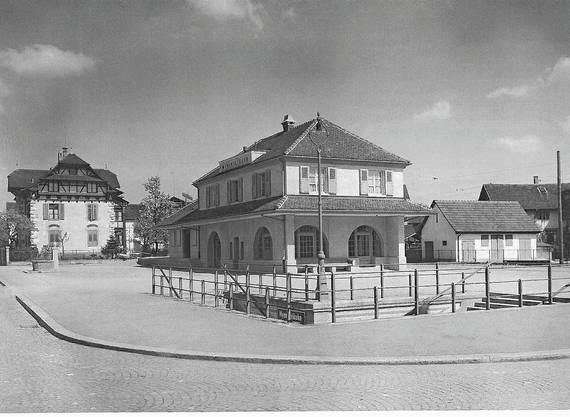 Das nigelnagelneue Stationsgebäude der hinter den SBB-Bahnhof verlegten Wynentalbahn sowie die Fussgängerunterführung anno 1924.
