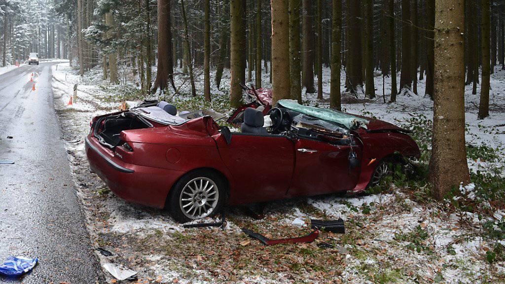 Unfall im Chesslerwald: Eine Lenkerin fuhr zwischen Schongau und Muri in mehrere Bäume und verletzte sich.