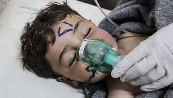 Ein Kind erhält nach dem Giftgasangriff erste Hilfe. Beim Anschlag starben mindestens 72 Menschen, unter den Toten waren gemäss den Angaben 20 Kinder.